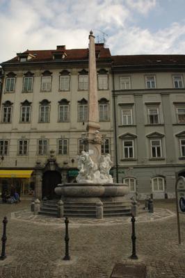 Ljubljana - Robbov vodnjak, pogled na vodnjak
